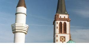 "The minaret of Mannheim's Yavus Sultan Selim Mosque, next to the church spire of the ""Liebrauenkirche"" (photo: dpa)"