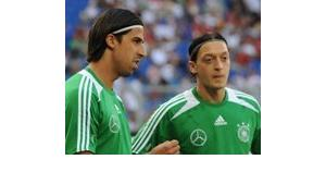 Mesut Özil and Sami Khedia in the football shirt of Germany's national team (photo: dpa)