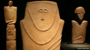 """The exhibition """"Road of Arabia"""" in Berlin's Pergamon Museum displays many of Saudi Arabia's rich artistic treasures. The earliest examples date back to the fourth century BCE. These human-like stone figures, from that era, seem surprisingly modern."""