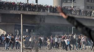 Members of the Black Bloc movement and the Muslim Brotherhood throw stones at each other during clashes in central Cairo, Egypt, 19 April 2013 (photo: picture-alliance/AP)