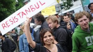 Young Turks and Germans in Berlin protesting against the violent crackdown on demonstrations in Istanbul (photo: Ole Spata/dpa)
