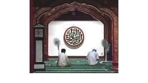 Two Hui Muslims read the Koran in this Chinese mosque in Beijing (photo: AP)
