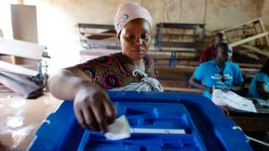 A woman votes during the second round of presidential elections in Bamako on 11 August 2013 (photo: Reuters)