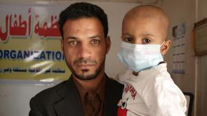 A man in Basra holds his child, who is suffering from leukaemia (photo: DW/K. Zurutuza)
