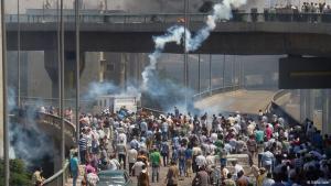 Demonstrators on the streets/bridge in Cairo, tear gas (photo: Matthias Sailer/DW)