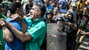 Members of the Egyptian security forces arrest supporters of the Muslim Brotherhood outside the al-Fath mosque in Cairo on 17 August 2013 (picture alliance/Zumapress)
