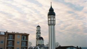 A church and a mosque (photo: Marvin Halfen/DW)