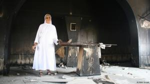 A nun stands beside the burned out remains of an altar in the Franciscan School in Beni Suef (photo: DW/M. Symank)