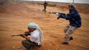 Rebels during a shooting near Sirte in Libya (photo: picture-alliance/dpa)