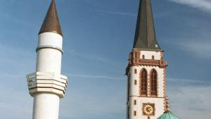The minaret of the Yavus Sultan Selim Mosque in Mannheim and the spire of the Liebfrauen Church (photo: picture-alliance/dpa)