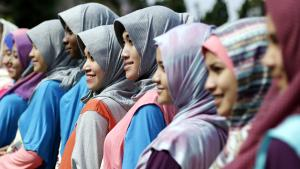 Participants of the World Muslimah 2013 beauty pageant pose for photographs during a training session in Subang, West Java, Indonesia, 12 September 2013 (photo: dpa)