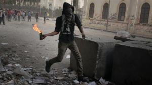 A demonstrator and opponent of the new government in Cairo prepares to throw a Molotov cocktail at security forces in Cairo (photo: dpa/picture-alliance)