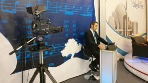 A newsreader prepares to read the news on a DITIB television programme in the German city of Duisburg (photo: DW/U. Hummel)
