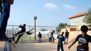 Young Palestinians with their skateboards on the new skater ramp in Qalqilya(photo: Laura Overmeyer)