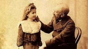 Portrait of the Turkish painter Osman Hamdi Bey with his daughter Nazli (photo: Cretanforever)