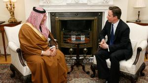 Britain's Prime Minister David Cameron (right) speaking to Saudi Arabia's Foreign Minister Prince Saud Al Faisal inside 10 Downing Street, London, England on 22 March 2011 (photo: picture-alliance/dpa)