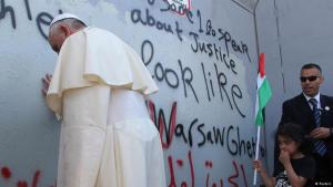 Pope Francis praying at the Israeli separation wall in Bethlehem (photo: Reuters)