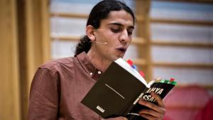 Yahya Hassan during a reading of his poetry (photo: dpa)