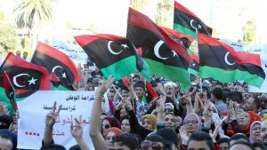 Libyan demonstrators during protests against radical Islamic militia in Tripoli (photo: picture-alliance/dpa)