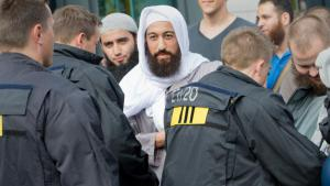 A supporter of Pierre Vogel during a Salafist rally in Frankfurt on Main on 7 September 2014 (photo: picture-alliance/dpa/B. Roessler)