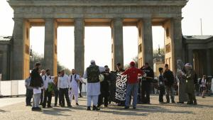 Salafists protesting at the Brandenburg Gate in Berlin, 30 March 2014 (photo: picture-alliance/dpa/W. Steinberg)