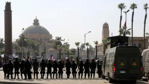 Anti-protest units of the Egyptian police in front of Cairo University (photo: Reuters)