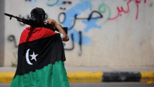 A fighter draped in the Libyan flag in Tripoli (photo: picture-alliance)