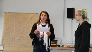 "Zeynep performs during the ""Slamming für 2020"" poetry workshop in Bonn (photo: Fabian Pianka)"