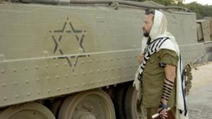 A devout Jewish soldier standing beside a tank marked with the Star of David (photo: Imago/Xinhua)