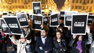 "People in Nice hold up ""Je suis Charlie"" signs in response to the attack on ""Charlie Hebdo"" (photo: AFP/Getty Images/V. Hache)"