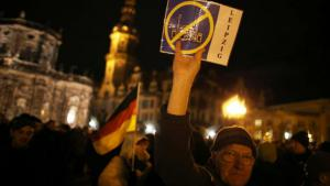 Supporters of the Pegida movement demonstrating in Dresden on 22 December 2014 (photo: picture-alliance/dpa/Kay Nietfeld)