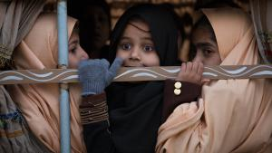 Pakistani schoolgirls look out from a vehicle on their way to school near the Army Public School in Peshawar, Pakistan, Monday, 12 January 2015 (photo: picture-alliance/AP Photo/B.K. Bangash)