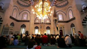 Muslims in the Sehitlik Mosque in Berlin (photo: Getty Images/A. Rent)