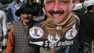 Supporters of the Aam Aadmi Party (AAP) watch as leader Arvind Kejriwal is sworn in as Delhi chief minister, 14 February 2015 (photo: picture-alliance/Zuma Press/A. Shivaani)