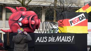 """Float in the Dusseldorf carnival parade that reads """"Pegida / Game over!"""" (photo: picture-alliance/dpa/F. Gambarini)"""