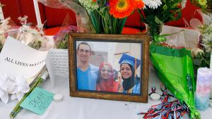 A makeshift memorial to the three Muslims (Deah Shaddy Barakat, 23, Yusor Mohammad, 21, and Razan Mohammad Abu-Salha, 19) who were shot dead in early February 2015, University of North Carolina School of Dentistry in Chapel Hill, N.C. (photo: picture-alliance/AP Photo)