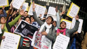 Indian women during a protest outside police headquarters in New Delhi, India, 13 January 2015, shout slogans against what they see as police negligence in the investigation of the rape and murder of a woman (photo: EPA/MONEY SHARMA)