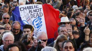 """People attend a rally in memory of the victims of the """"Charlie Hebdo"""" attack in Paris (photo: picture-alliance/dpa)"""