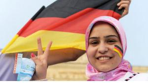 Muslim woman with German flag in Berlin (photo: dpa/picture-alliance)