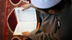 An Islamic preacher reading the Koran (photo: dpa)