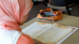 A female student wearing a headscarf (photo: picture-alliance/Joker)