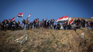 Members of the Druze community in Syria holding up Syrian flags during a demonstration of loyalty to the regime in Majdal Sams (photo: picture-alliance)