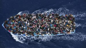 An overcrowded boat filled with refugees (photo: AP)