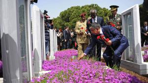 Turkish National Defence Minister Ismet Yilmaz (front) lays flowers on the graves of fallen soldiers, Gallipoli, 25 April 2014 (photo: imago/Xinhua)