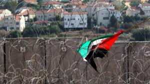 A Palestinian flag caught in barbed wire near Ni'lin (photo: picture-alliance/dpa)