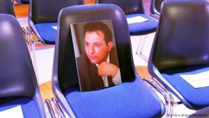 A photo of the incarcerated journalist Mazen Darwish on an empty seat at the first Human Rights Forum in Berlin (photo: picture alliance/Eventpress)
