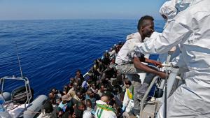 Over 200 illegal migrants are rescued by the Italian Guardia di Finanza boat 'Denaro' in the Mediterranean Sea, 22 April 2015 (photo: picture alliance/dpa/A. Di Meo)