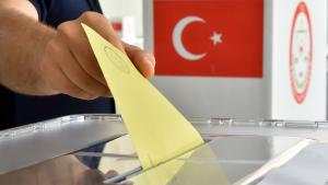 Ballot being cast by a Turkish expat in the Turkish presidential election in Karlsruhe, Germany, 31 July 2014 (photo: Uli Deck/dpa)