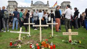 "Symbolic cemetery in front of the German Parliament as part of the ""March of the Determined"" action in Berlin (photo: picture-alliance/dpa/R. Jensen)"