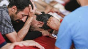 Men mourning a Turkish soldier killed in the fight against IS militia (photo: picture-alliance/AA/E. Ozdemir)
